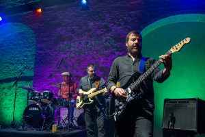 Espectaculo noche andaluza Homenaje al rock andaluz Guitarra bajo y bateria